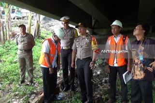 Petugas Gabungan Tinjau Kondisi Jembatan di Madiun