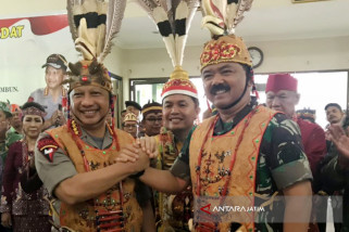 Gelar Kehormatan Dayak Dianugerahkan kepada Panglima TNI-Kapolri