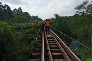 Inspeksi Jalur KA, Temukan Bantalan Lapuk (Video)
