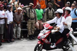 Keliling Asmat Presiden-Ibu Negara Naik Sepeda Motor Listrik (Video)