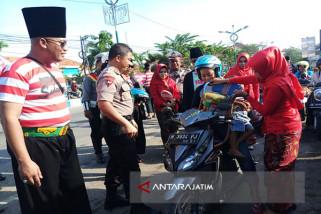 Polwan Sampang Bagikan Helm di Hari Kartini (Video)