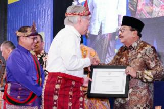 Pakde Karwo Raih Penghargaan Tokoh Peduli Perlindungan Konsumen