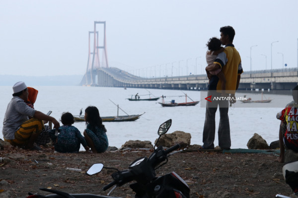 Ngabuburit di Jembatan Suramadu