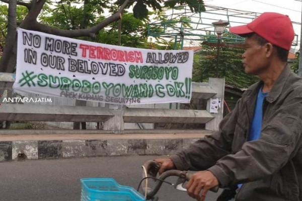 Spanduk Perlawanan Teroris Penuhi Sudut Kota Surabaya