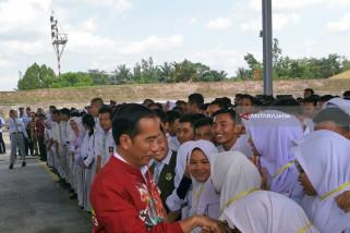 Jokowi Ingatkan Pelajar Bermedsos untuk Sebarkan Nasionalisme (Video)