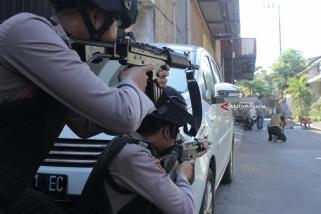 Polisi Baku Tembak dengan Terduga Teroris di Surabaya (Video)