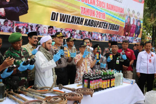 Polisi Tuban Musnahkan 1.302,75 Liter Minuman Keras