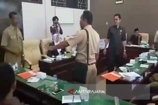 MO Madura United Dipukul LSM di Kantor Dewan (Video)
