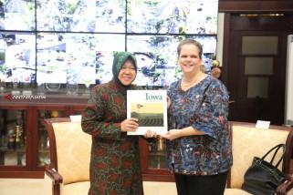 Konsul Jenderal Amerika Serikat Hadiahi Dua Buku Untuk Risma