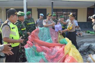 Petugas Gabungan Razia Balon Udara di Ponorogo