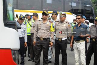 Petugas Periksa Kelaikan Kendaraan Umum di Terminal Kediri (Video)