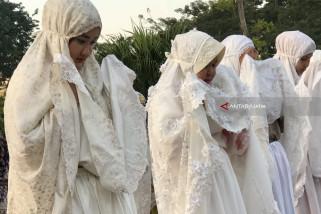 Risma dan Keluarga Shalat Idul Fitri di Balai Kota (Video)