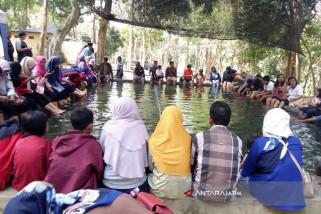 Objek Wisata Air Panas Tuban Diserbu Pengunjung