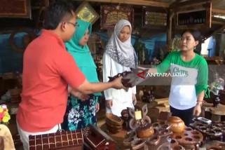 Kerajinan Kayu Jati Ngawi Ramai Dikunjungi Pemudik