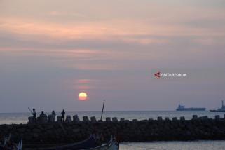 Ngabuburit di Pelabuhan Kalbut