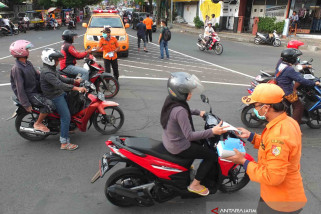 BPBD Jember Bagikan Masker Gratis Antisipasi Abu Vulkanik Gunung Agung (Video)