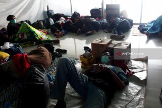 Ratusan Penumpang Tujuan Masalembu Tertahan di Surabaya