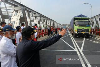 Truk Semen Pertama Lewat di Jembatan Widang (Video)
