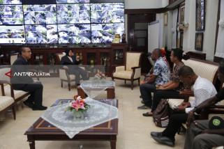 Pemuda Papua Temui Risma Ucapkan Empati Atas Musibah di Surabaya