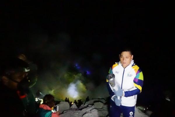 Pino Bahari Pertemukan obor Asian Games-Api Ijen