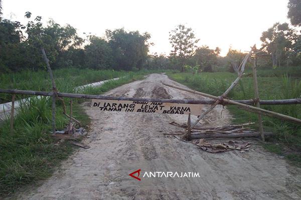 Warga Sampang Tutup Jalan Menuju Waduk Nipah