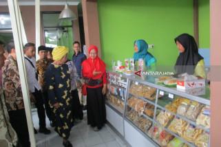 Menteri Susi Bagikan Ikan untuk Para Santri di Jombang (Video)