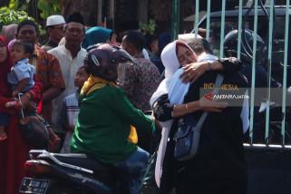 Jamaah Tuban Salat Gaib untuk Korban Gempa