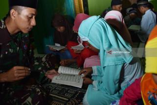 Prajurit TNI Mengajar Mengaji