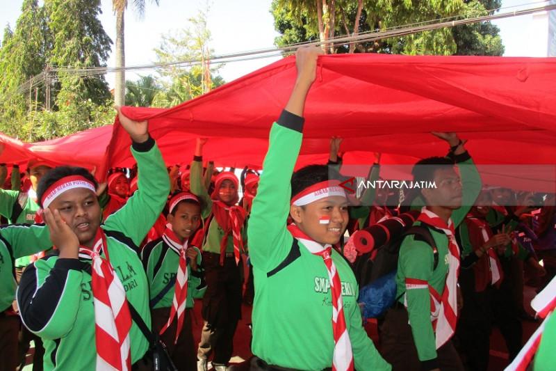 Pemuda di Kediri Kirab Bendera Merah Putih Ukuran Raksasa (Video)