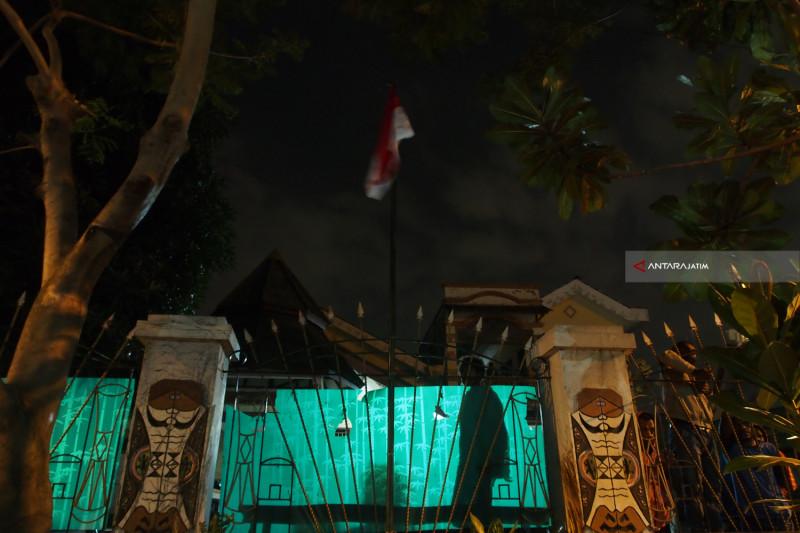 Camat Tambaksari Bawa Tiang Sosialisasikan Pengibaran Bendera