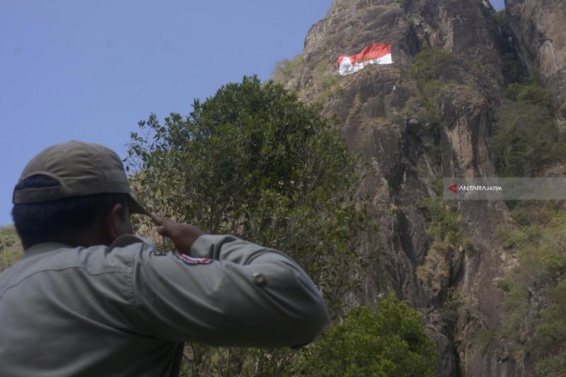 Wabup Arifin Pimpin Upacara Bendera di Gunung Sepikul
