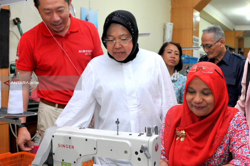 UKM Dolly Surabaya Dapat Bantuan 15 Mesin Jahit