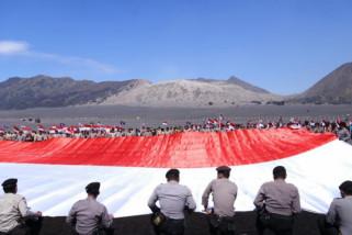 Bendera Merah Putih Raksasa dan Tarian Rerere Warnai Peringatan Hari Pramuka di Kaldera Gunung Bromo