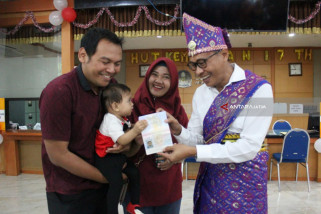 Lahir Pada 17 Agustus, Dua Warga Blitar Dapat Paspor Gratis