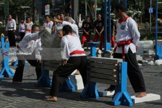 Ratusan Pesilat Merpati Putih Gelar Atraksi Kemerdekaan RI di Surabaya
