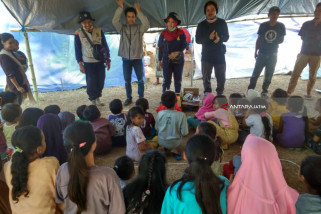 Tim Kemanusiaan Unej Dirikan Tenda di Bekas Kolam Renang Pascagempa Lombok