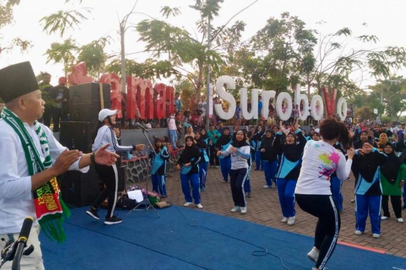 Ibu-Ibu Surabaya Senam Dayung ala Jokowi