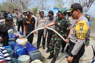 Polisi Salurkan Air Bersih