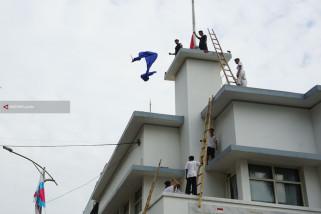 Risma Semangati Warga Surabaya Saat Refleksi Perobekan Bendera