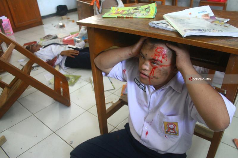 Simulasi Penanganan Gempa Di SMPLB Malang