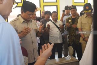 Capres Prabowo Ziarah ke makam Gubernur Soerjo (Video)