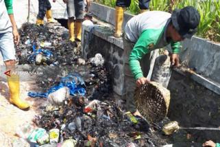 Satgas DPUPR Bersihkan Saluran Drainase Kota Malang