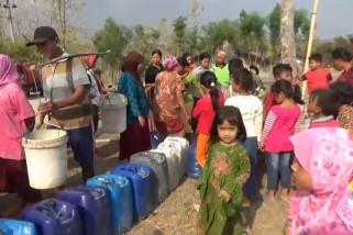 Warga Ngawi Antre Bantuan Air Bersih