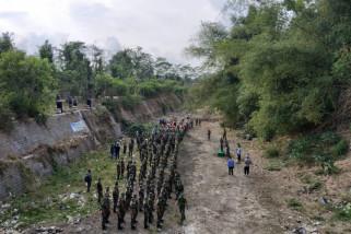 Ratusan Anggota TNI di Trenggalek  Kerja Bakti Bersihkan Sungai