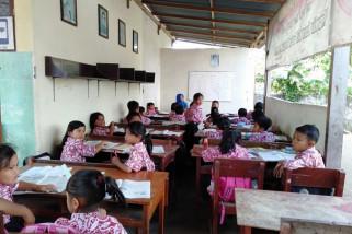 Siswa SD Tulungagung Belajar di Kelas Darurat
