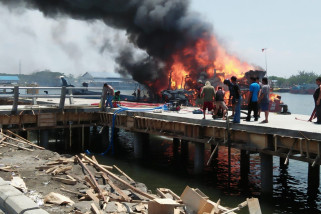 KM Friends Tanjung Pinang Terbakar di Pelabuhan Mayangan