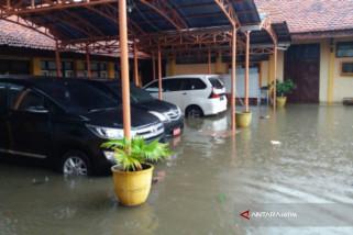 Kantor KPU Pamekasan Tergenang Banjir