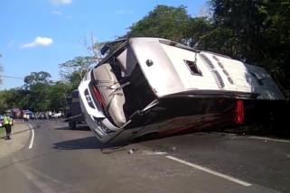 Bus Terguling di Jalan Madiun-Saradan, Sejumlah Penumpang Terluka