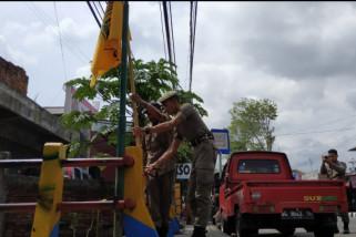Satpol Trenggalek Turunkan Ratusan APK Salahi Aturan