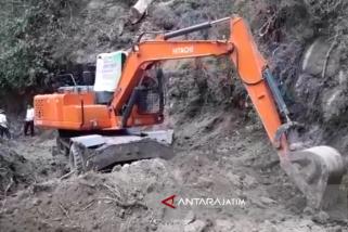 YSKS-Warga Situbondo Singkirkan Material Longsor (Video)